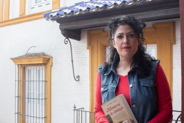 """Eva Díaz Pérez: """"En 'Memoria de cenizas' me interesaba la historia de unos personajes que por curiosidad intelectual arriesgaron sus vidas"""""""