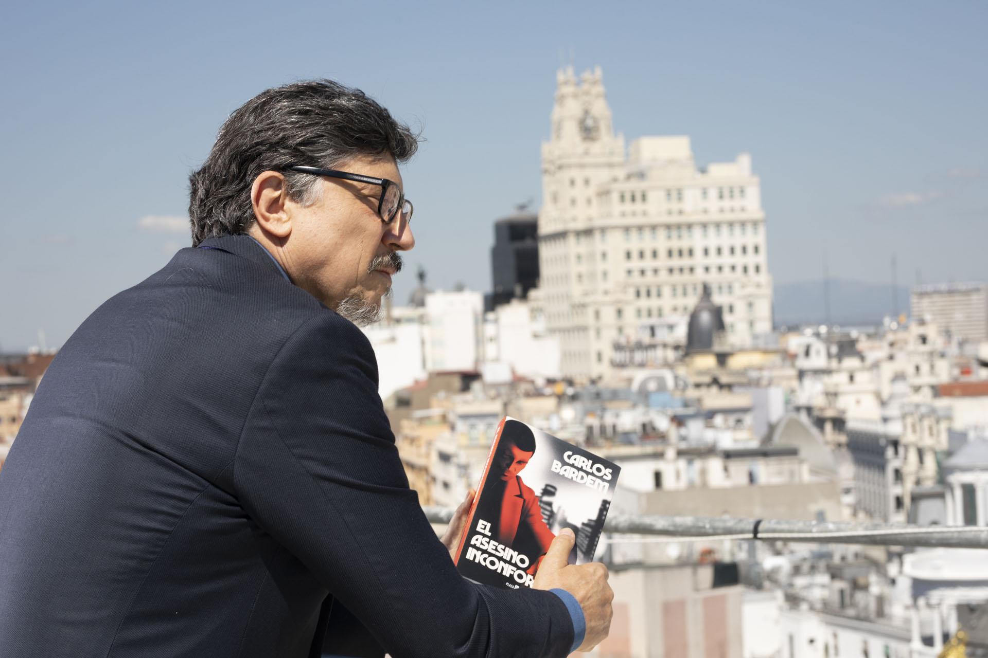 """Carlos Bardem: """"Me permito estirar los límites morales con la historia de un asesino que además cae muy bien"""""""
